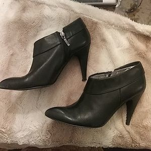 Guess black leather size 7 ankle bootie